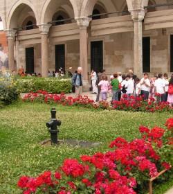 Розы во дворе дворца Топкапы