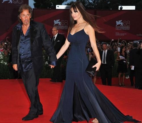 Аль Пачино с подругой Люсилой Сола на красной дорожке Венецианского кинофестиваля