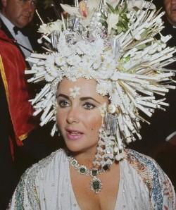 Элизабет Тейлор в роли Клеопатры в колье с изумрудами от Bulgari