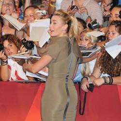 Кейт Уинслет раздает автографы поклонникам