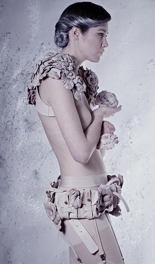 Модный наряд из отходов кожи от британского дизайнера Рейчел Фрейре