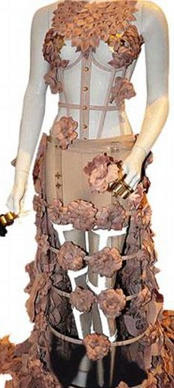 Одно из платьев спорной коллекции Nippleocalypse британского дизайнера Рейчел Фрейре