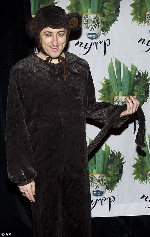 Алан Камминг в костюме мистера Мауса очень отличается от консультанта по имиджу Мистера Элая Голда в сериале Хорошая жена