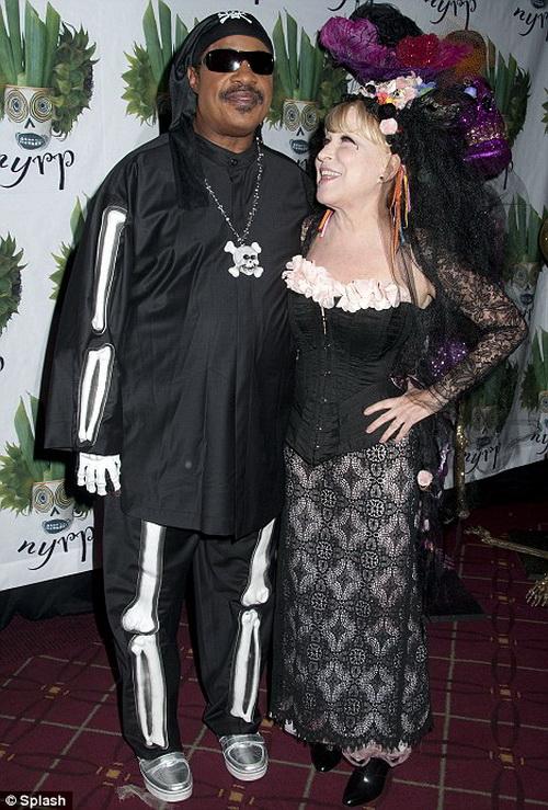Ведьмочка Бетт Мидлер очень колоритно выглядит рядом со Стиви Уандером в роли скелета