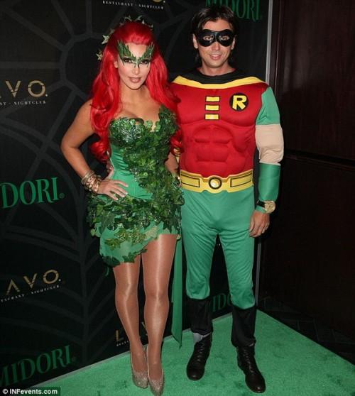 "Ким Кардашьян в костюме ""Ядовитого плюща"" и её друг Джонатан Чебан в костюме ""Робина, помощника Бэтмена"""
