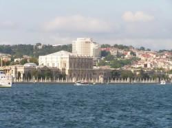 Вид на один из дворцов Стамбула со стороны пролива Босфор