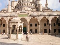 Внутренний двор мечети Султан Ахмет с помещением для омовения