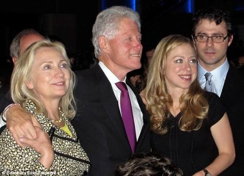 Билл Клинтон с женой Хилари и дочерью Челси на благотворительном концерте
