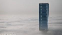 Вид на туманный Дубай с высоты небоскреба