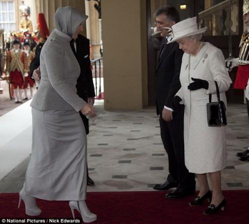 Королева Великобритании приветствует супругу Турецкого президента