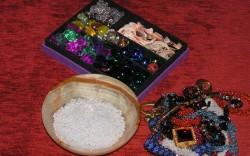 Ракушки, раковины, бижутерия, бисер и кристаллы для интерьерной мини-композиции