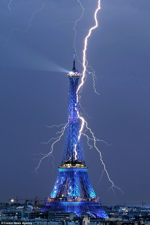 Эйфелева башня - символ Парижа и Франции