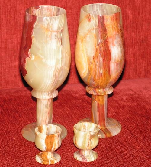 Посуда из оникса: бокалы для вина и рюмочки для ликёра.