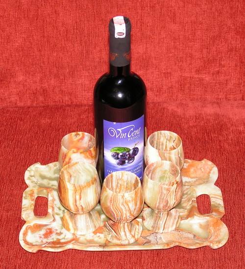 Посуда из оникса: фужеры для вина на подносе.