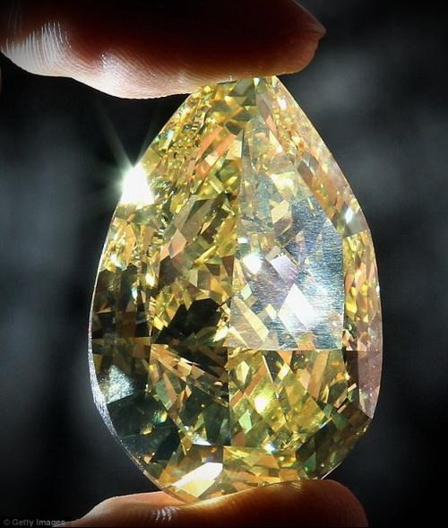 """Cora Sun-Drop"", крупнейший грушевидный желтый алмаз"