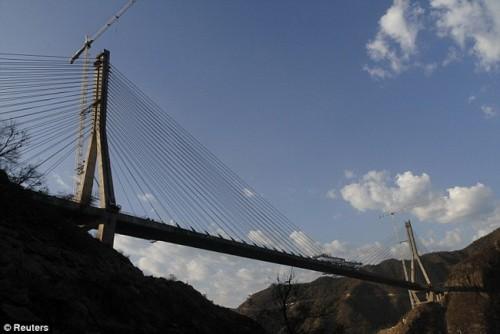 Высота самого высокого моста в мире 403 метра