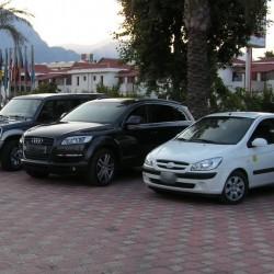 На парковке у отеля машины персонала и для аренды