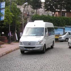 Современные автомобили на старинных улочках Стамбула