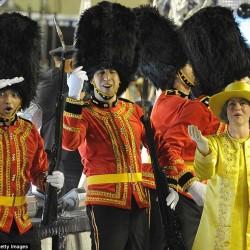 Карнавал в Рио (английская королева со своими гвардейцами)