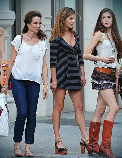 Энди Макдауэлл с дочерьми на прогулке.